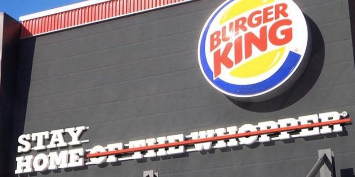 Burger King изменил свою вывеску, чтобы напомнить о правиле карантина