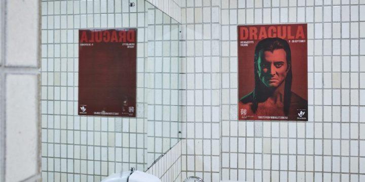 Для рекламы балета использовали постеры с исчезающим Дракулой